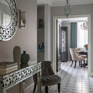 Стильный дизайн: коридор в классическом стиле с серыми стенами и разноцветным полом - последний тренд