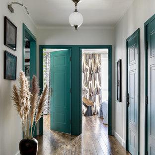 На фото: коридор в стиле современная классика с белыми стенами и коричневым полом с