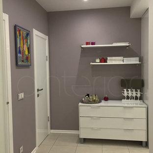 サンクトペテルブルクの小さいコンテンポラリースタイルのおしゃれな廊下 (紫の壁、磁器タイルの床) の写真