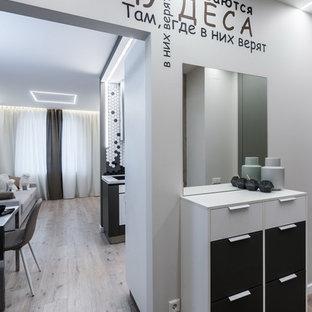 Идея дизайна: коридор в современном стиле с белыми стенами, светлым паркетным полом и серым полом