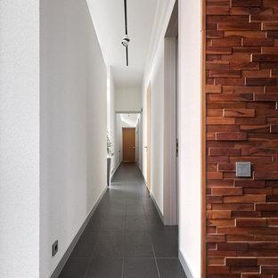 Свежая идея для дизайна: большой коридор в современном стиле с белыми стенами и серым полом - отличное фото интерьера