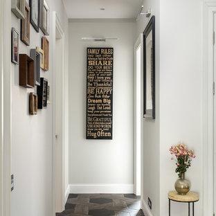 На фото: коридор в классическом стиле с белыми стенами и черным полом