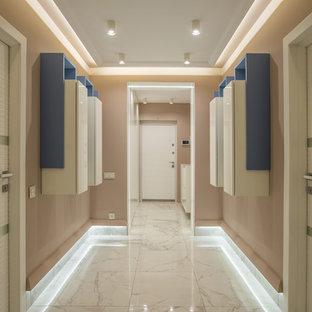 他の地域のコンテンポラリースタイルのおしゃれな廊下 (ベージュの壁、白い床) の写真