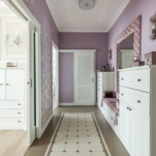 Foto de recibidores y pasillos tradicionales renovados, de tamaño medio, con paredes púrpuras y suelo multicolor