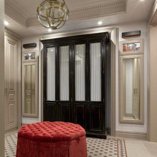 Неиссякаемый источник вдохновения для домашнего уюта: коридор в стиле современная классика с бежевыми стенами и разноцветным полом