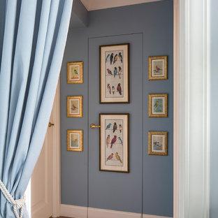 Новые идеи обустройства дома: коридор в классическом стиле с синими стенами и темным паркетным полом