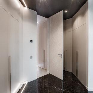 Источник вдохновения для домашнего уюта: большой коридор в современном стиле с белыми стенами и черным полом