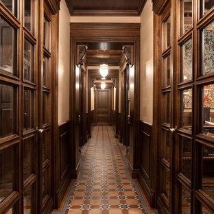 Неиссякаемый источник вдохновения для домашнего уюта: коридор в викторианском стиле с коричневыми стенами, полом из керамической плитки и коричневым полом