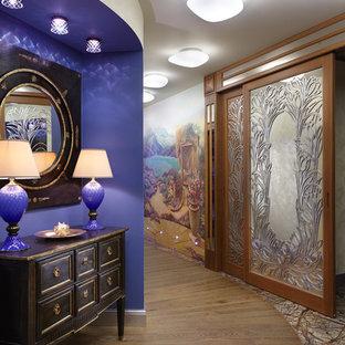 モスクワのエクレクティックスタイルのおしゃれな廊下 (紫の壁、無垢フローリング) の写真