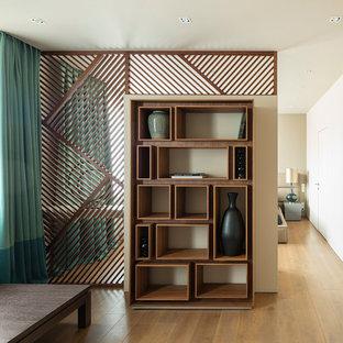 Стильный дизайн: коридор в современном стиле с белыми стенами, паркетным полом среднего тона и бежевым полом - последний тренд