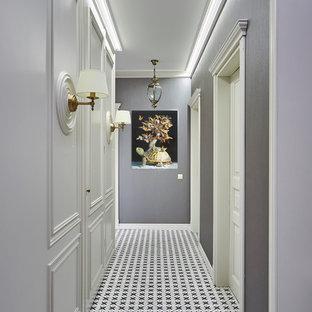 На фото: коридор в стиле неоклассика (современная классика) с серыми стенами и разноцветным полом с