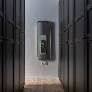 Inspiration för mellanstora skandinaviska hallar, med grå väggar, ljust trägolv och grått golv