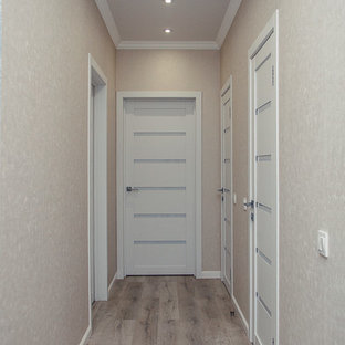 Свежая идея для дизайна: маленький коридор в стиле современная классика с бежевыми стенами, полом из ламината и бежевым полом - отличное фото интерьера