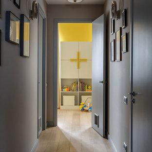 Создайте стильный интерьер: коридор в современном стиле с серыми стенами и светлым паркетным полом - последний тренд