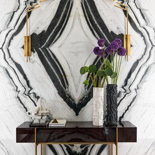 Идея дизайна: коридор в современном стиле с разноцветными стенами и коричневым полом