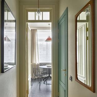 Idées déco pour un couloir classique avec un mur beige et un sol en bois brun.