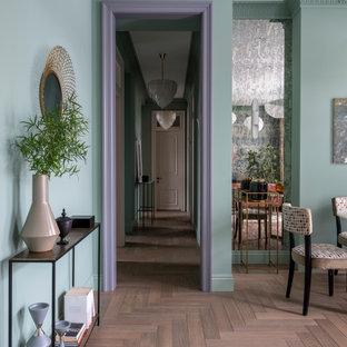 Источник вдохновения для домашнего уюта: узкий коридор в стиле неоклассика (современная классика) с серыми стенами, паркетным полом среднего тона и коричневым полом