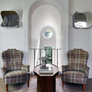 Свежая идея для дизайна: коридор в стиле современная классика с белыми стенами и светлым паркетным полом - отличное фото интерьера