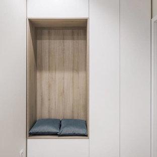 Idéer för en mellanstor modern hall, med beige väggar, laminatgolv och grått golv