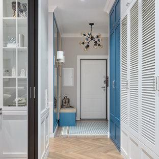 Свежая идея для дизайна: коридор в современном стиле с белыми стенами и бежевым полом - отличное фото интерьера