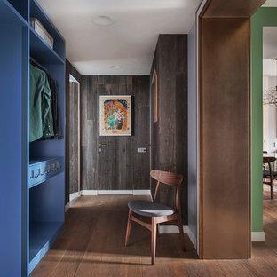 Idée de décoration pour un couloir design en bois avec un mur marron et un sol marron.