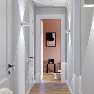 Cette image montre un couloir traditionnel avec un sol en bois brun, un sol marron et un mur rose.