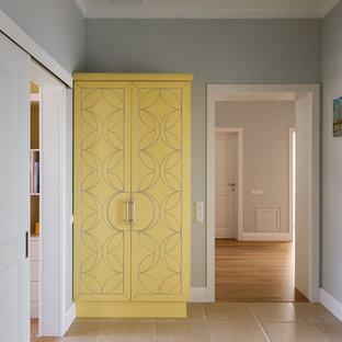 サンクトペテルブルクの中サイズのトランジショナルスタイルのおしゃれな廊下 (グレーの壁、磁器タイルの床、ベージュの床) の写真