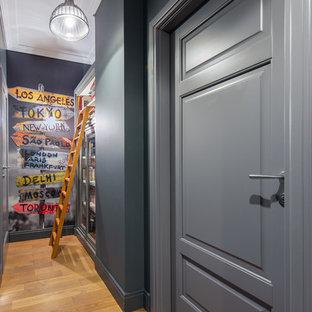 Свежая идея для дизайна: коридор в стиле современная классика с серыми стенами и паркетным полом среднего тона - отличное фото интерьера