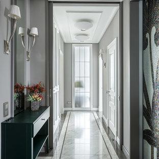 Пример оригинального дизайна: коридор в стиле современная классика с серыми стенами и белым полом