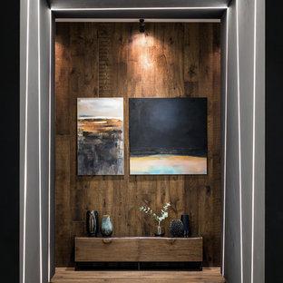 Idéer för stora funkis hallar, med mellanmörkt trägolv, brunt golv och bruna väggar
