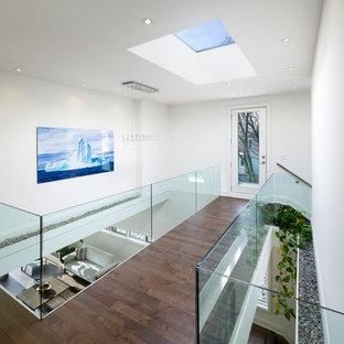 На фото: коридор в современном стиле с белыми стенами, коричневым полом и темным паркетным полом с