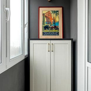 Удачное сочетание для дизайна помещения: маленький коридор в стиле современная классика с серыми стенами и бежевым полом - самое интересное для вас