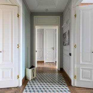 Выдающиеся фото от архитекторов и дизайнеров интерьера: коридор среднего размера в стиле современная классика с белыми стенами, паркетным полом среднего тона и коричневым полом