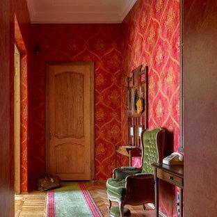 Idéer för mellanstora 60 tals hallar, med röda väggar, mellanmörkt trägolv och beiget golv