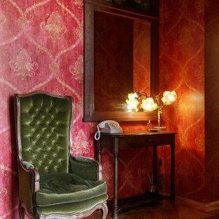 モスクワの中くらいのミッドセンチュリースタイルのおしゃれな廊下 (赤い壁、無垢フローリング、ベージュの床) の写真
