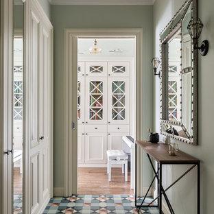 Exemple d'un couloir chic de taille moyenne avec un sol en carrelage de porcelaine, un sol multicolore et un plafond à caissons.