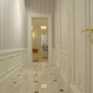 他の地域のトランジショナルスタイルのおしゃれな廊下 (ピンクの壁、セラミックタイルの床、ピンクの床) の写真