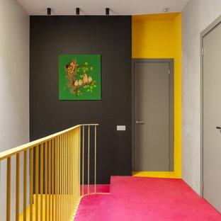 Inspiration för en funkis hall, med grå väggar, heltäckningsmatta och rosa golv