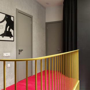 Idee per un ingresso o corridoio contemporaneo con pareti grigie, moquette e pavimento rosa