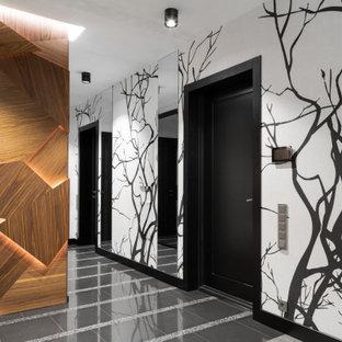На фото: коридор в современном стиле с разноцветными стенами и серым полом