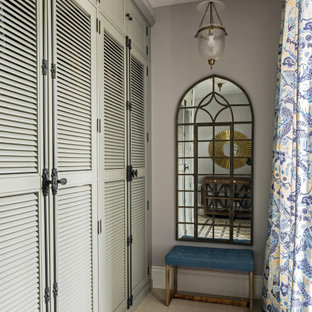 Пример оригинального дизайна: коридор в стиле неоклассика (современная классика) с серыми стенами и разноцветным полом