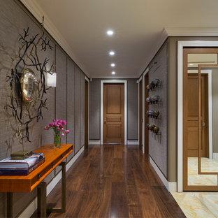 Неиссякаемый источник вдохновения для домашнего уюта: коридор в стиле современная классика с серыми стенами, темным паркетным полом и коричневым полом