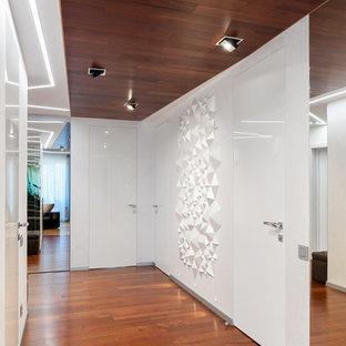 Пример оригинального дизайна: коридор среднего размера в современном стиле с белыми стенами, коричневым полом и паркетным полом среднего тона
