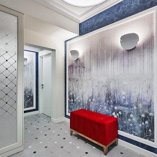 Неиссякаемый источник вдохновения для домашнего уюта: большой коридор в современном стиле с синими стенами и серым полом