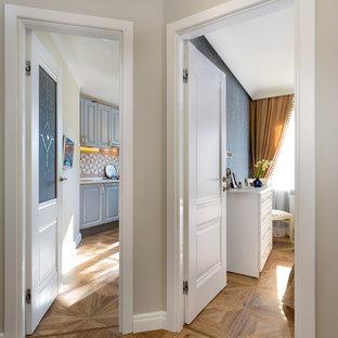 Пример оригинального дизайна: маленький коридор в стиле современная классика с серыми стенами, полом из ламината и коричневым полом
