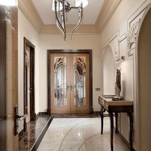 Идея дизайна: коридор в стиле современная классика с бежевыми стенами и коричневым полом