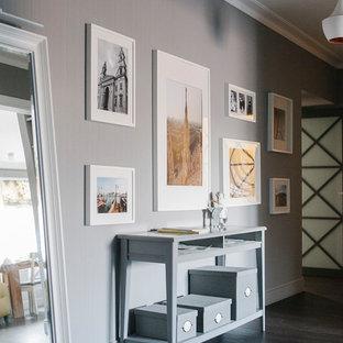 Выдающиеся фото от архитекторов и дизайнеров интерьера: коридор в стиле современная классика с серыми стенами и темным паркетным полом