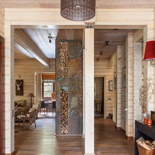 Неиссякаемый источник вдохновения для домашнего уюта: коридор в стиле кантри с бежевыми стенами и паркетным полом среднего тона