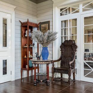 Свежая идея для дизайна: коридор в стиле кантри с белыми стенами и коричневым полом - отличное фото интерьера