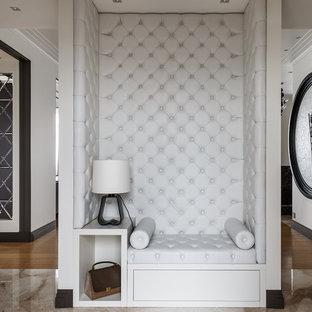 Свежая идея для дизайна: большой коридор в современном стиле с бежевыми стенами, полом из керамической плитки и бежевым полом - отличное фото интерьера